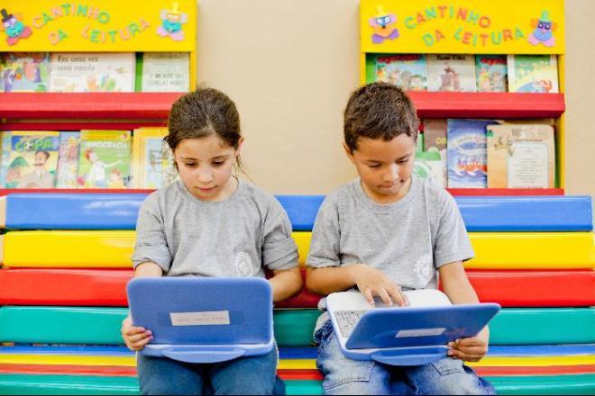 Crianças do projeto Província de São Pedro usando computadores